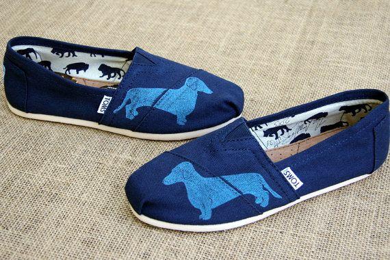 Teckel aangepaste TOMS schoenen van themattbutler op Etsy