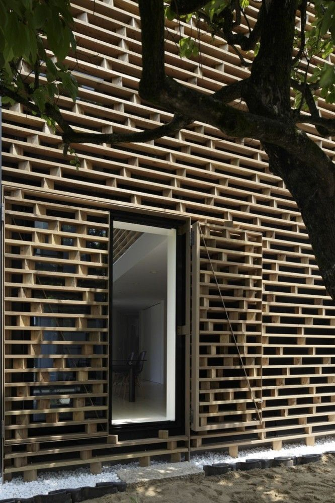 facade//basically a breezway made of pallets - let's the light in, but adds privacy. could be fence structure. whole-house fence