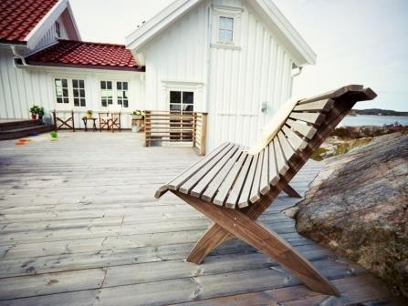 Har du lys farge på huset, vil grå patinafarget terrasse bidra til å skape en harmonisk overgang mellom hus og hage. Foto: Werner Anderson