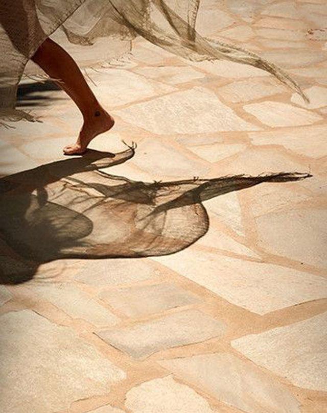 Depuis plusieurs années, la marque mexicaine Caravana érige des pop-up stores itinérants à travers le monde pour présenter ses collections mêlant savoir-faire artisanal et esprit mystique. Cette fois, c'est à Mykonos que la griffe a décidé de poser ses valises.