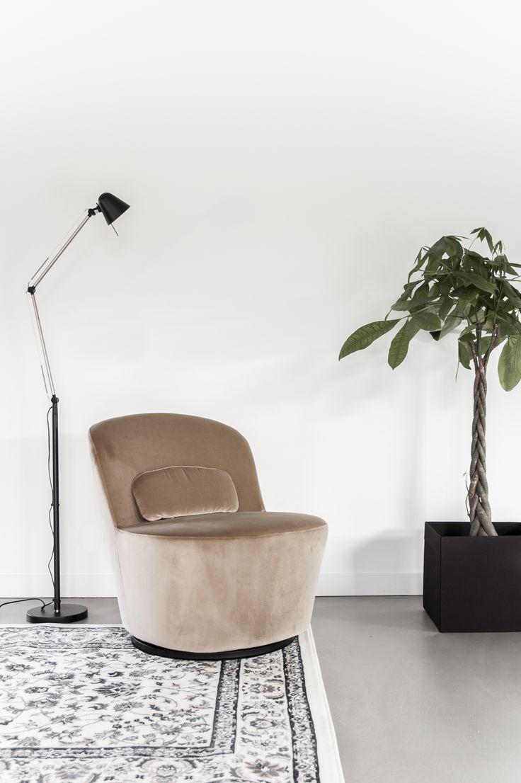 Planten zijn de ideale manier om sfeer toe te voegen en een ruimte wat meer een geheel te laten lijken | STUDIObyIKEA IKEA IKEAnl IKEAnederland STOCKHOLM draaifauteuil stoel plant lamp fauteuil vloerkleed tapijt plantenbak woonkamer inspiratie woonkamers