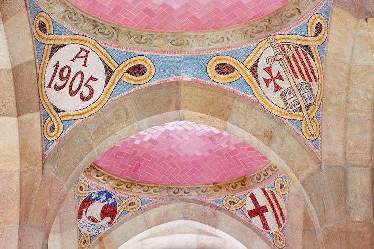En los mosaicos del vestíbulo del edificio de la Administración se puede ver la letra Alfa junto a la fecha de inicio de la construcción de este pabellón, 1905. Otros muestran la letra Omega, junto a la fecha de finalización, 1910.