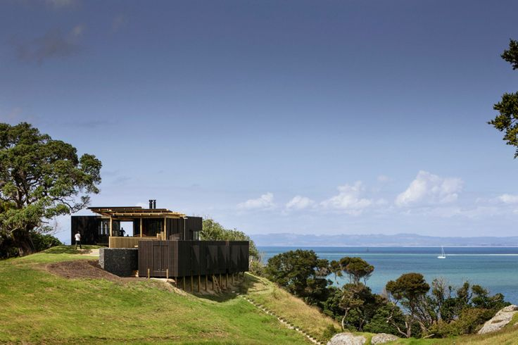 A contemporary holiday home in New Zealand Designed by the Herbstarchitects, this large modern house is a second home near a beach on the coast of Whangarei Heads. It fits its environment and its landscape, by pulling from it, its quintessence.