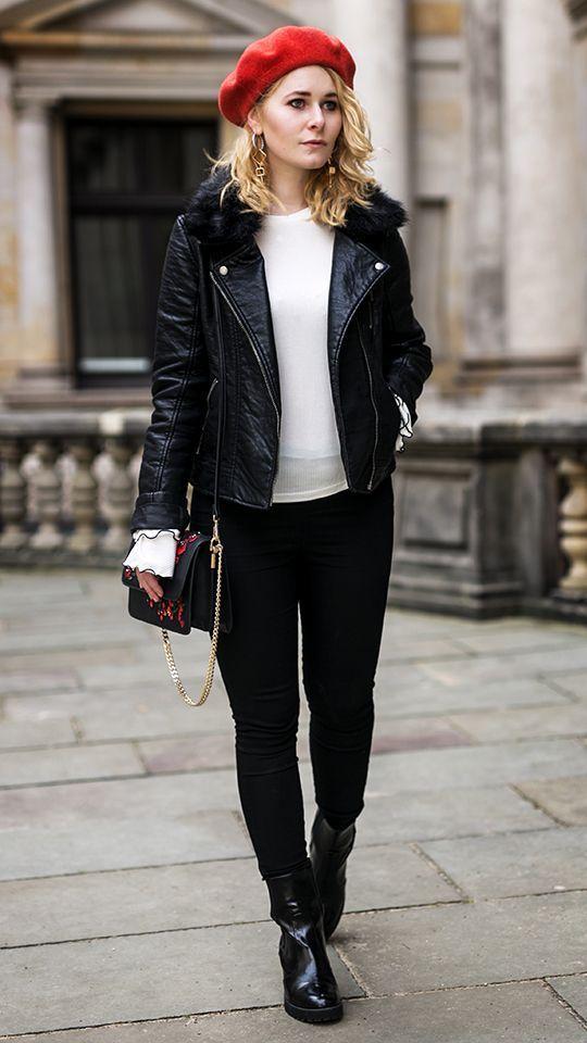 6fd49afa76cb Outfit Inspiration - Damen Outfit mit Baskenmütze in rot, Lederjacke in  schwarz und Bluse mit