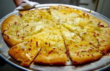 Z mléka, cukru a droždí připravte kvásek. Uvařené brambory oloupejte a najemno nastrouhejte. Přidejte sůl, prosetou mouku, vykynutý kvásek a vejce a vypracujte hladké těsto. Zakryjte ho čistou utěrkou a nechte asi 40 minut kynout. Cibuli oloupejte a nakrájejte na kostičky. Zpěňte ji na oleji nebo na sádle, přidejte na kostičky pokrájenou uzeninu a opečte. Nechte vychladnout. Dvě koláčové formy vymažte a vysypte strouhankou. Rozetřete na něj těsto a nechte asi 20 minut kynout. Potom ho…