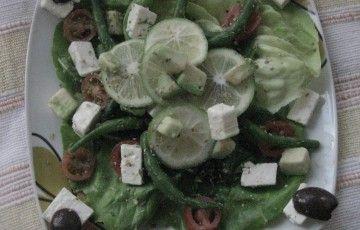 Insalata con feta, avocado e succo di lime