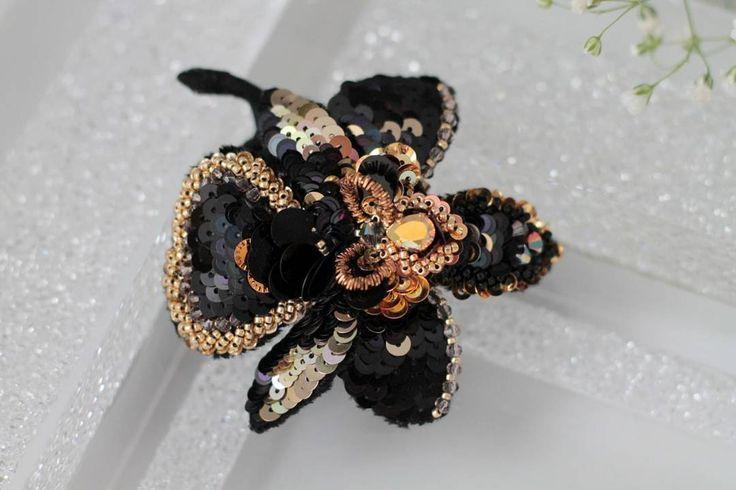 Говорят в природе нет черной орхидеи, а у меня она есть! Объемная брошь орхидея, каждый лепесток расшит отдельно и собран в великолепный цветок. . Эту орхидейку сорвали, но я готовлю целый букет для вас. #tj_успеет_за_31_день . 🌸🌸🌸🌸🌸🌸🌸🌸🌸🌸🌸🌸 Брони нет, заказы не принимаю