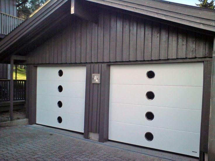Sektionaltor mit Bullauge. Das Designorienterte Tor bietet ausreichenden Lichteinfall und Helligkeit in der geschlossenen Garage.