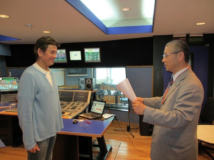 FM802の人気DJ、Hiro-Tさんに感謝状を進呈!