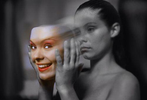 Deze afbeelding laat strijd zien doordat je ziet dat het meisje haar ware gevoelens verbergt. Ze is verdrietig maar zet een masker op zodat ze blij lijkt. Doordat de het verdrietige deel zwart-wit word afgebeeld en het blije gedeelte in kleur word dit nog extra versterkt. Doordat het wazig is gemaakt lijkt het alsof ze het masker afzet of op doet. Het gekleurde deel lijkt je aan te kijken en het zwart-witte deel lijkt juist contact te ontlopen.