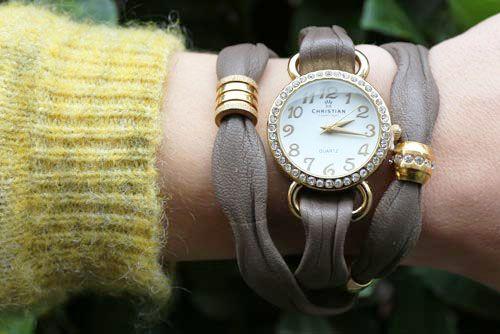 Til dette ur-armbånd skal du bruge følgende materialer:  ca. 59cm. khaki-brunt læder i bølgefacon 1 stk. forgyldt urskive med krystaller 1 stk. forgyldt stålperle med krystaller 1 stk. forgyldt stålperle med riller + lim