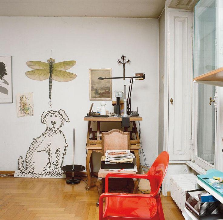Un angolo di uno degli studi con la sedia Tosca per Magis, la Tizio versione da tavolo, mobili di famiglia e il disegno di un cane fatto da un illustratore del Financial Times