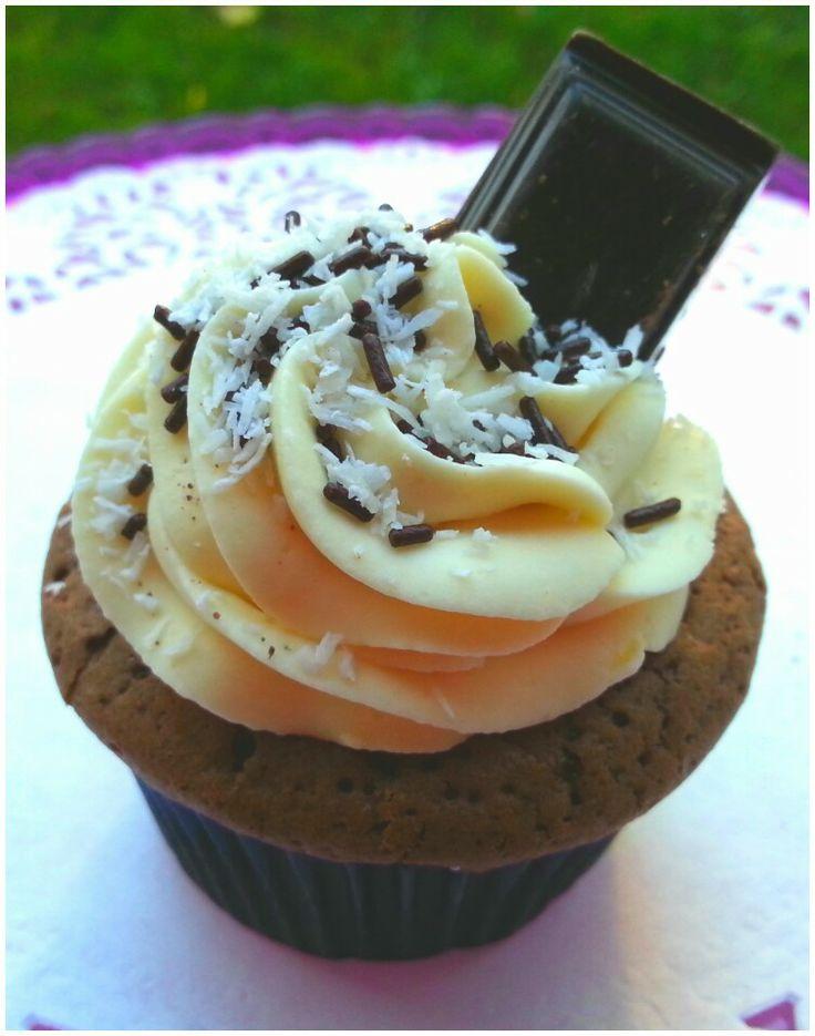 Cupcake choco, topping ganache coco, coeur coco. Livraison dans le 77, 93 et 94. + d'infos sur http://www.sweetycake.net/#!cupcake/c119m