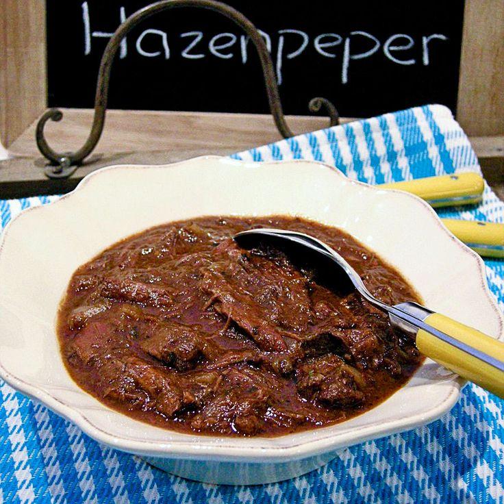 Er gaat niets boven zelfgemaakte hazenpeper! Wij serveren hem graag met aardappelpuree, chips van zoete aardappels, stoofpeertjes en rode kool met appeltjes en port. Genieten!