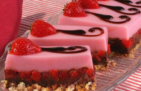 Μια συνταγή για ένα ωραίο δροσερό γλυκό με ζελέ. Ένα δίχρωμο γλύκισμα με ζελέ φράουλας, φρέσκες φράουλες και σοκολάτα κουβερτούρα. Τόσο δροσερό και ελαφρύ