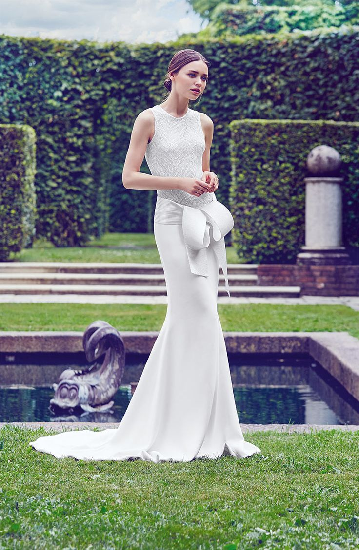 High Neck Bodycon wedding dress of silk with a large loop of Giuseppe Papini