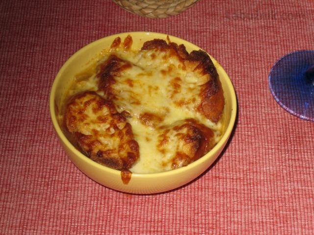 Cibulačka z Francie zapečená s chlebem a sýrem dobrá k večeři