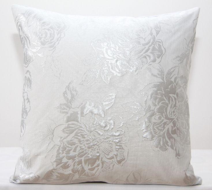Dekoracyjna biała poszewka ze srebnym ornamentem