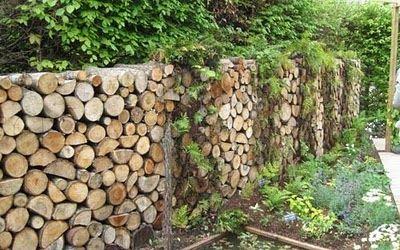Clôture en rondins de bois empilés