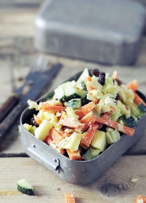 Koolsalade, lekker knapperig, gecombineerd met wortel, rozijnen en feta. Super snelle, lekkere en voedzame koolsalade. Bekijk het recept op Voedzaam & Snel