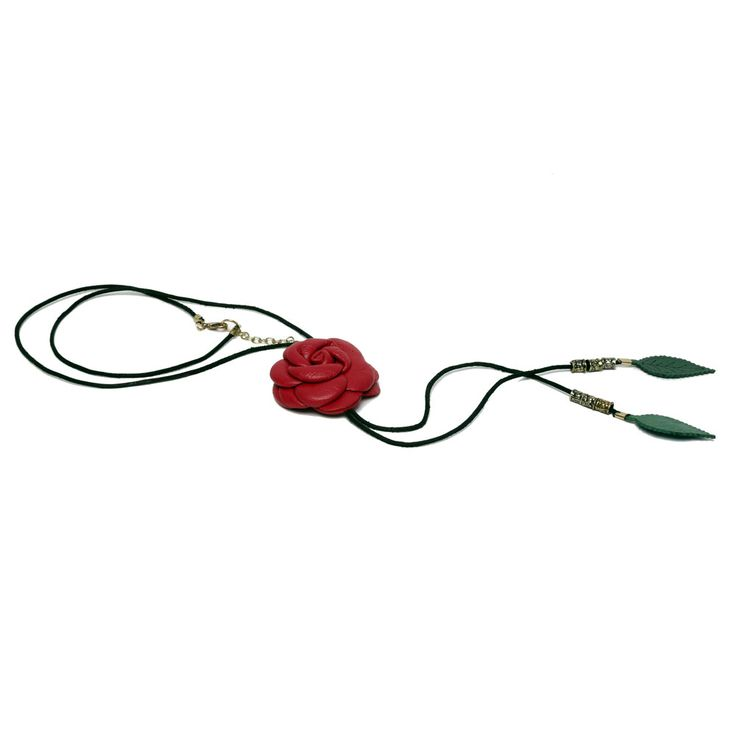 collana con rosa centrale realizzata in vera pelle