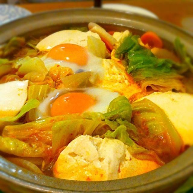 今日は寒かったので夕食は スンドゥブにしました。 土鍋に胡麻油を入れて 豚肉とキムチを炒めて 某社のスンドゥブの素を 入れ、お湯で伸ばして 浅利、人参や大根、キャベツ などを加えて一煮立ち。 寄せ豆腐を入れて 温まったら火を止めて 玉子を割り入れて蓋をする。 二分ほど待ったら召し上がれ。 ご飯と一緒に頂くと 美味しいのですが、 本日はうどんにしました。 - 17件のもぐもぐ - 具沢山スンドゥブ by riffleshuffle