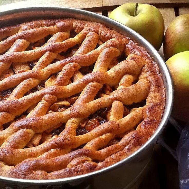Het appeltaart seizoen is weer begonnen! Met dit recept maak je een heerlijk geurige appeltaart zoals grootmoeder hem vroeger ook serveerde. Bak je mee?