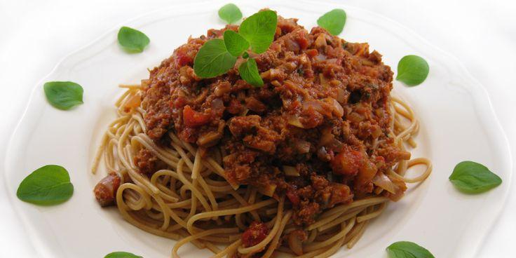 """Klassikeren """"spaghetti med kødsovs"""" i en ny, lækker vegansk udgave – med varme og glød."""
