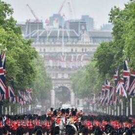 El príncipe Jorge apareció por primera vez en el balcón del Palacio (FOTOS; VIDEO)