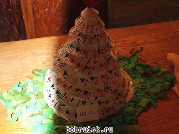 Фото дня. Новогоднюю елку из игральных карт изготовили учащиеся Бобруйского государственного профессионально-технического художественного колледжа. Талантливые ребята! Эта