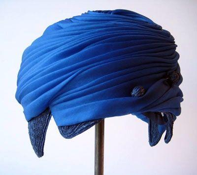 Courtesy of the Royal Armoury // Klarblå hatt // A clear blue hat.