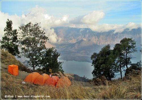 Pelawangan Senaru - Untuk tiba di pelawangan Senaru kita harus hiking/trekking kurang lebih 5 jam dari Pintu Masuk Taman Nasional Gunung Rinjani, Senaru.