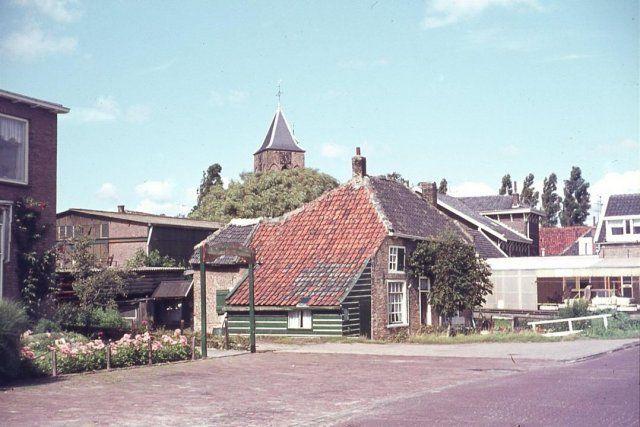 Schiedam Kethel. De  17e eeuwse boerderij aan de noordwestzijde van de Vlaardingseweg in 1963. Deze boerderij is in 1966 gesloopt. Op de achtergrond de toren van de Hervormde Dorpskerk. Foto genomen in noordelijke richting.