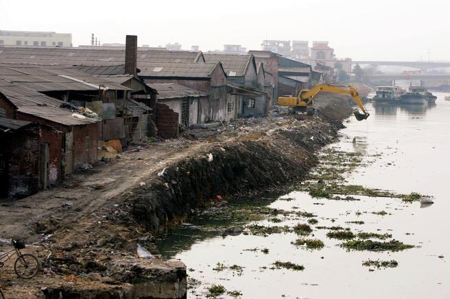 Operarios limpian un río que ha sido contaminado por los desechos químicos en Foshan, provincia de Guangdong (China). Día Mundial del Medio Ambiente Los diez conflictos ambientales más importantes del planeta  El movimiento mundial a favor de justicia ambiental, actor clave para la transformación socio-ecológica que reclama el Día Mundial del Medio Ambiente