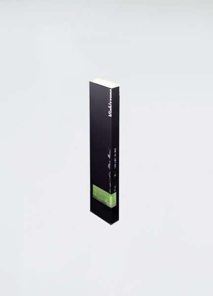 015   Viabizzuno   luminaria portátil de aluminio extruido oxidado magnetizado en color plata opaco o negro opaco. está fabricada con 4 led de luz caliente en la cabeza, para una luz direccional, y con 2 burbujas de agua retroiluminadas, para su utilización como nivel de burbuja para superficies horizontales y verticales. puede utilizarse también como regla de 15 cm. de bolsillo. están disponibles como accesorios el cargador de batería de 240V y un soporte de sobremesa de acero natural.