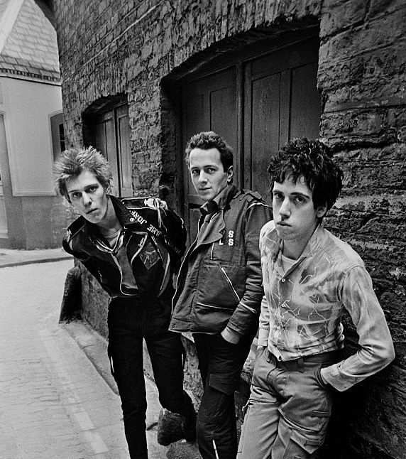 "colecciones: """"Paul Simonon, Joe Strummer and Mick Jones from british punk group The Clash in an alleyway in Central London, April 1977. Photo by Chalkie Davies. "" """