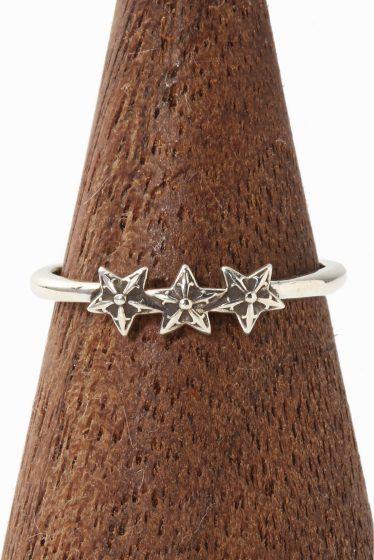CH.Ring-Bubblegum 3 Star CH.Ring-Bubblegum 3 Star 43200 CHROME HEARTSクロムハーツ バブルガムリング/3スターが入荷致しました 繊細で極細なデザインでブランドイメージを覆すかのような 斬新なリングです 細いアームとサイズダウンしたモチーフをセットしたデザインで 男女問わずお使いいただける逸品です 華奢なデザインになりますのでお手持ちの他のリングと 組み合わせて一緒に着けていただいてもオシャレ!! 画像のようにユニセックスにお使いいただけます また流行のファランジリングのように 指の第一関節と第二関節の間にはめていただくのもお勧めです HIROBではHIROB SOUTH NEWoMAN新宿店とHIROB札幌店 スタイルクルーズのみのお取り扱いとなっております 本国アメリカより買付けてきた商品です!! ご自身用として贈り物用として是非ご検討くださいませ サイズ6号 素材925シルバー 付属品当社発行の販売証明書 クロムハーツオリジナル本革製ポーチ 本品はBAYCREWS GROUP…