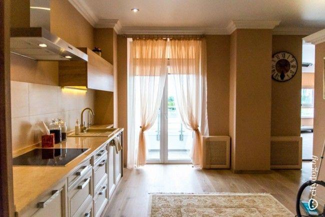 Прозрачные занавески в дизайне кухни-гостиной современного стиля