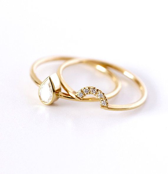 Pear Diamond Ring with a Pave Diamonds Crown door artemer