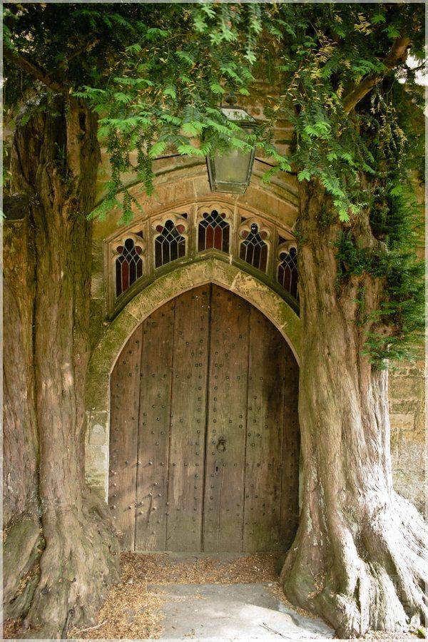 Puerta trasera de la iglesia de St. Edward's, Stow-on-the-Wold - se dice que fue la inspiración para la puerta de Moria en el Señor de los Anillos de J.R.R. Tolkien.