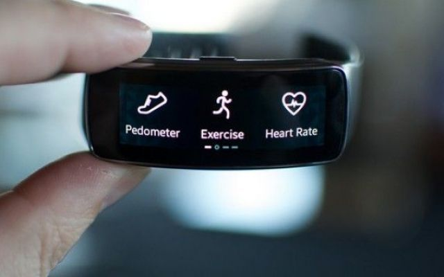 Gear Fit 2, ecco il design della prossima generazione della fitness band Samsung Come ben sappiamo il 2014 è stato l'anno dei dispositivi indossabili, di certo uno di quelli che ha avuto più successo è il Gear Fit di Samsung, e oggi finalmente sono arrivate la immagini brevettate #gearfit2 #samsung #smartband