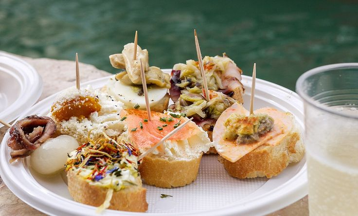 Попробуйте чикетти — главный венецианский снэк Венецианские чикетти очень похожи на испанские тапас: это закуски к вину, которые часто выставляют для посетителей на барных стойках: креветки с полентой, треска в соли и сливках, сардины, маринованные в бальзамическом уксусе с луком, изюмом и кедровыми орехами. Просто укажите бармену, какая закуска вам понравилась, — он наберет вам целую тарелку и даст чек.