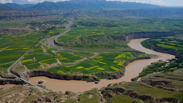 The Yellow River, regarded as the cradle of Chinese civilization, winds its way more than 5,000 kilometers from the Tibetan Plateau to its mouth in the Bohai Sea. SPIEGEL travelled the course of the river and discovered how quickly the country is pushing forward with its rise to superpower status --...