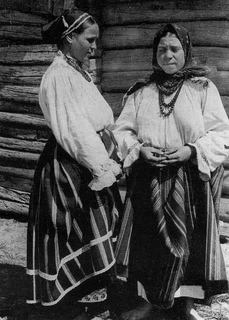Two women of the Odnodvortsi, taken in 1908 in Voronezh Province.  Folk costume reference.