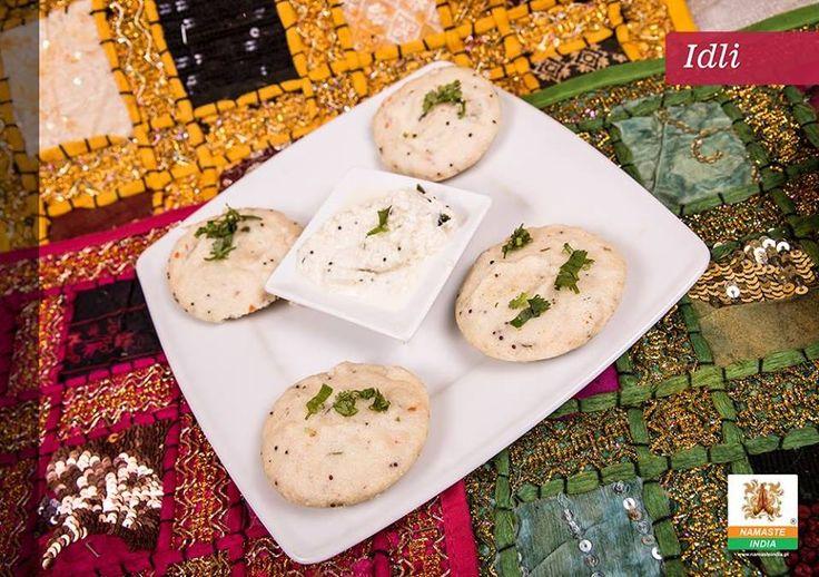 Idli, czyli... południowoindyjski specjał, którego koniecznie musicie skosztować! :) To ryżowe bułeczki gotowane na parze. Dostępne są dwie wersje dania: IDLI (18 zł) oraz MASALA IDLI (20 zł) @ http://www.namasteindia.pl/