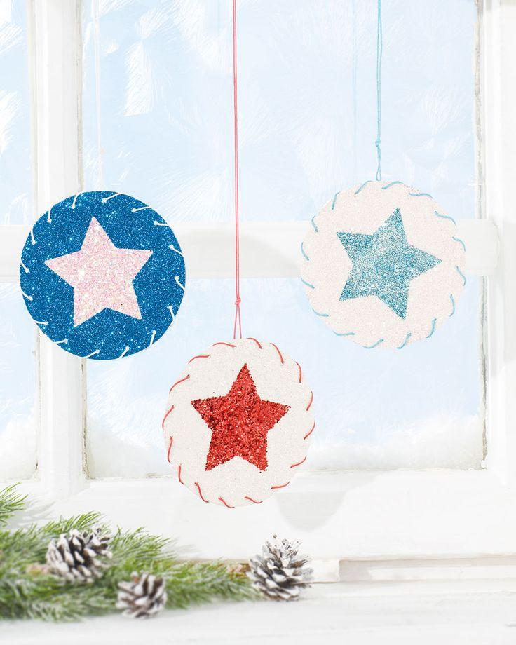 """Sternenhänger aus Bierfilz (Idee mit Anleitung – Klick auf """"Besuchen""""!) - Aus einfachen Bierdeckeln können diese Sterne gebastelt werden, die an Fenstern und Christbäumen eine schöne weihnachtliche Stimmung erzeugen!"""