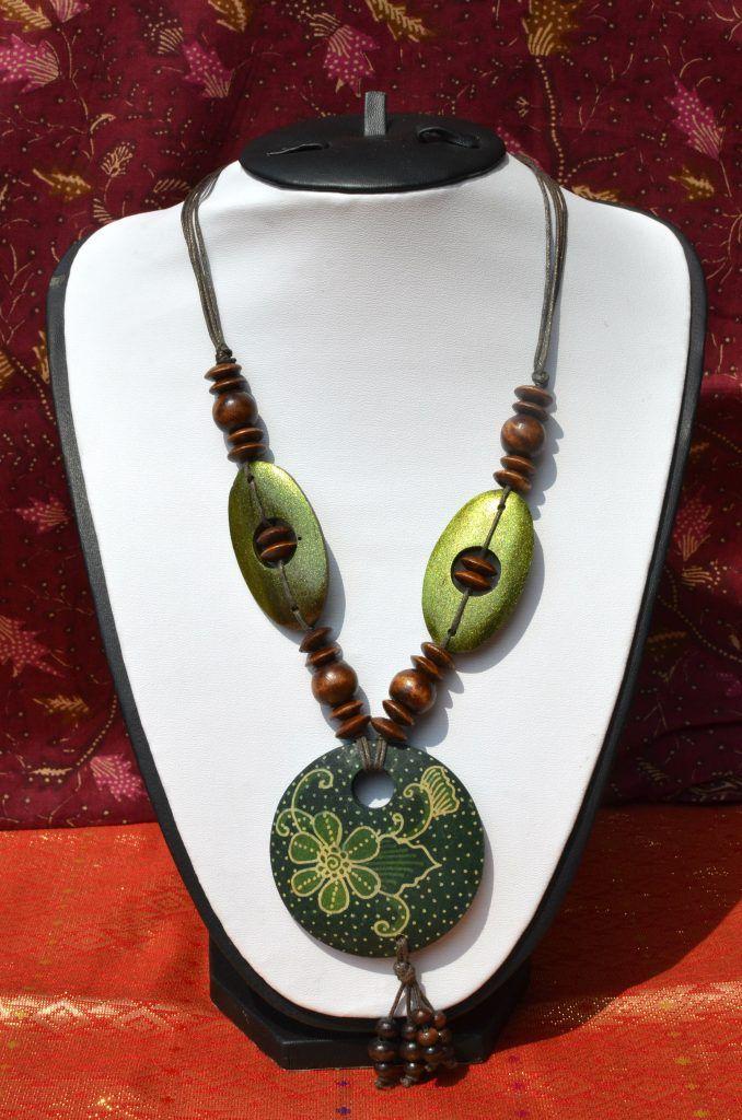 100% kézműves nyakék batik virágmintás famedállal