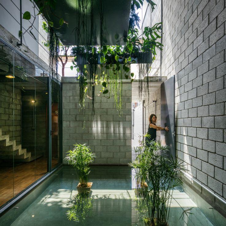Construído na 2015 na São Paulo, Brasil. Imagens do Nelson Kon. Estacasarepresenta uma situação muito comum na cidade de São Paulo, um terreno comprido e estreito [5.6x30.0m], com apenas a elevação frontal livre...