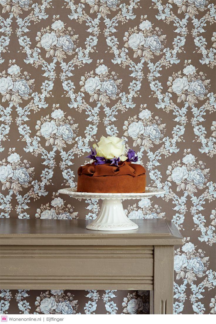 Eijffinger behang collecite Chambord. Chambord is een collectie vol lieflijk verlangen, met een rijkdom aan technieken en patronen. Nostalgische bloemen, subtiele ornamenten, lichtglanzend damast, een ranke streep.