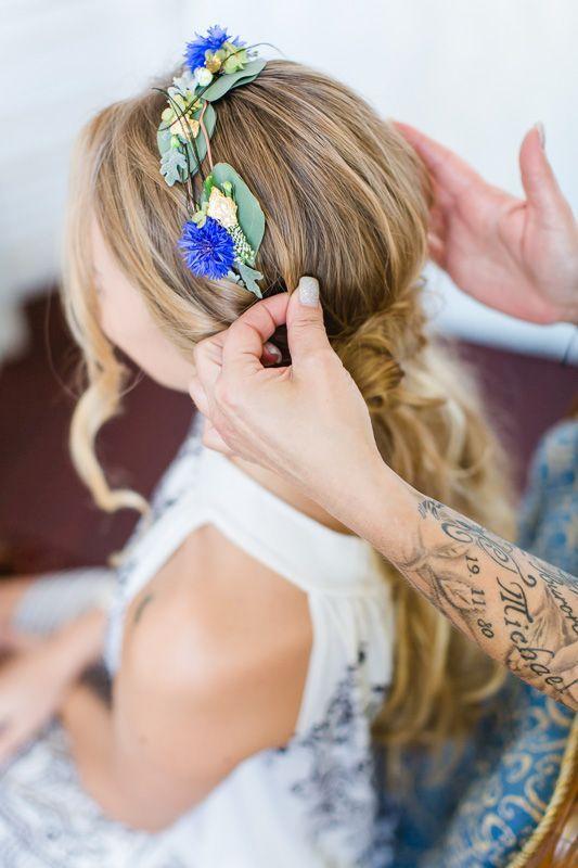 Hochzeit & Styling Haare: Blumenkranz mit Eukalyptus für die Braut in violett, gruen und rosa. Foto: Monika Schloffer Photography